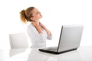 Junge Frau hat Schmerzen im Schulter- und Nackenbereich