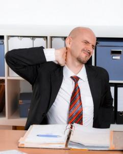 verspannter mann bei der Arbeit